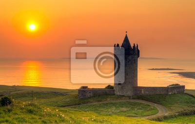 Постер Ирландия Doonegore замок на закате в Doolin, ИрландияИрландия<br>Постер на холсте или бумаге. Любого нужного вам размера. В раме или без. Подвес в комплекте. Трехслойная надежная упаковка. Доставим в любую точку России. Вам осталось только повесить картину на стену!<br>
