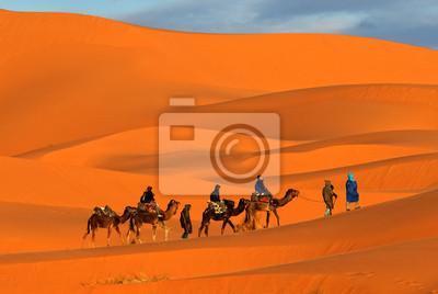 Караван верблюдов идет через песчаные дюны в пустыне сахара, 30x20 см, на бумагеВерблюды<br>Постер на холсте или бумаге. Любого нужного вам размера. В раме или без. Подвес в комплекте. Трехслойная надежная упаковка. Доставим в любую точку России. Вам осталось только повесить картину на стену!<br>