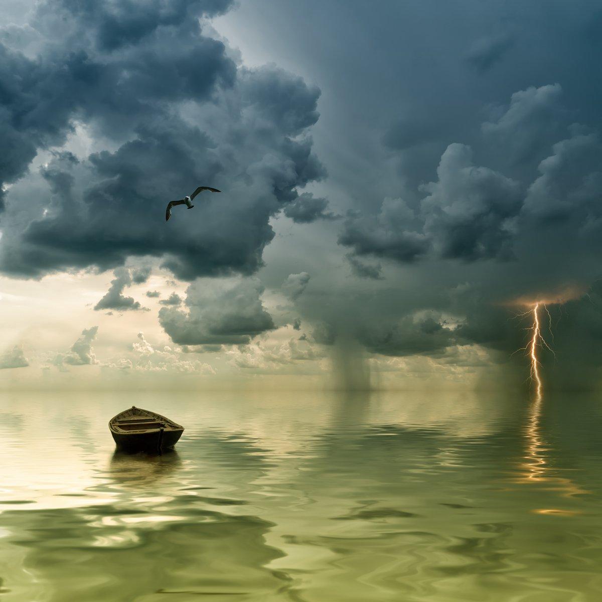 Постер Молния Одинокая старая лодка в океане,Молния<br>Постер на холсте или бумаге. Любого нужного вам размера. В раме или без. Подвес в комплекте. Трехслойная надежная упаковка. Доставим в любую точку России. Вам осталось только повесить картину на стену!<br>