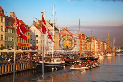 Постер Дания Копенгаген (Nyhavn район) в Солнечный летний деньДания<br>Постер на холсте или бумаге. Любого нужного вам размера. В раме или без. Подвес в комплекте. Трехслойная надежная упаковка. Доставим в любую точку России. Вам осталось только повесить картину на стену!<br>