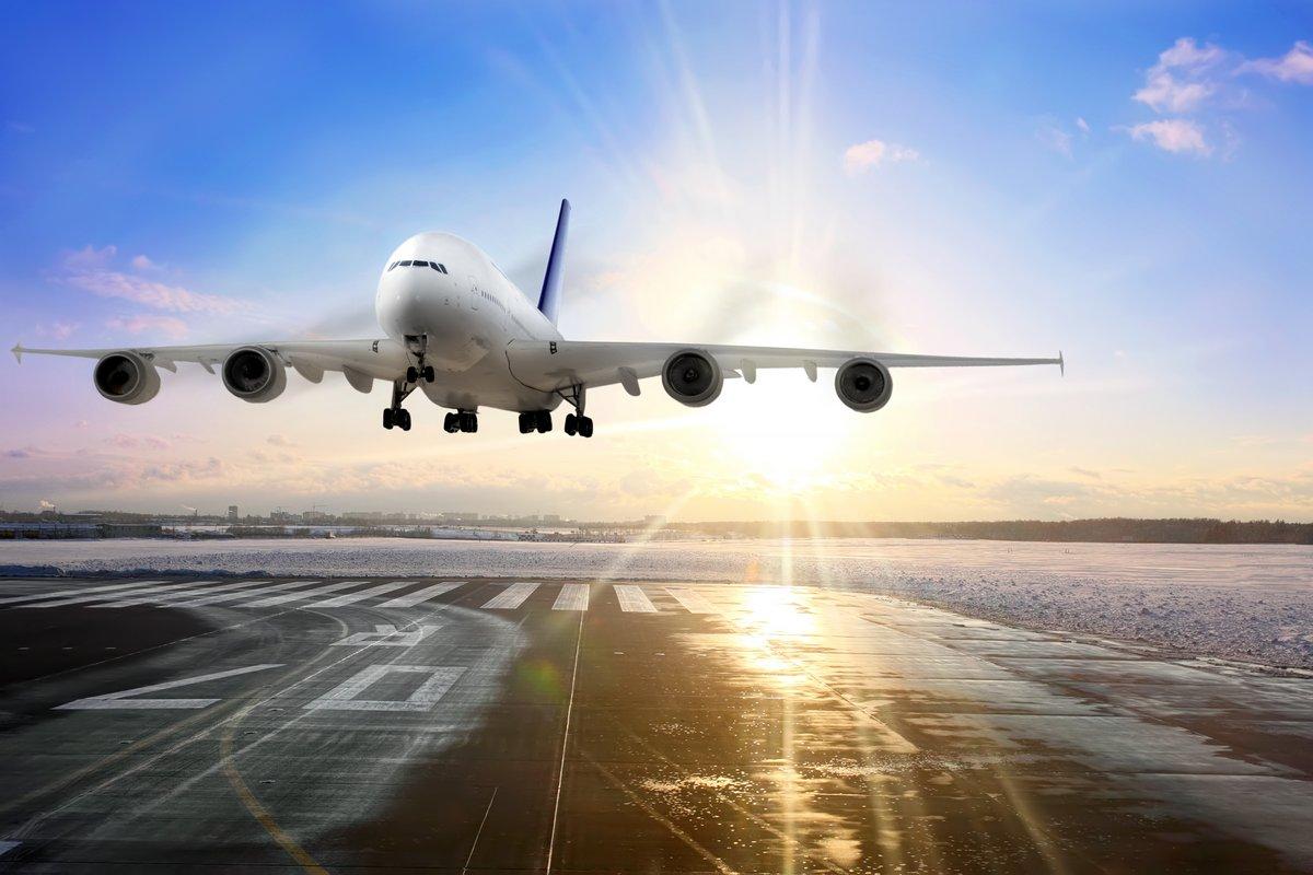 Постер-картина Самолеты Пассажирский самолет посадку на взлетно-посадочную полосу в аэропорту. ВечерСамолеты<br>Постер на холсте или бумаге. Любого нужного вам размера. В раме или без. Подвес в комплекте. Трехслойная надежная упаковка. Доставим в любую точку России. Вам осталось только повесить картину на стену!<br>