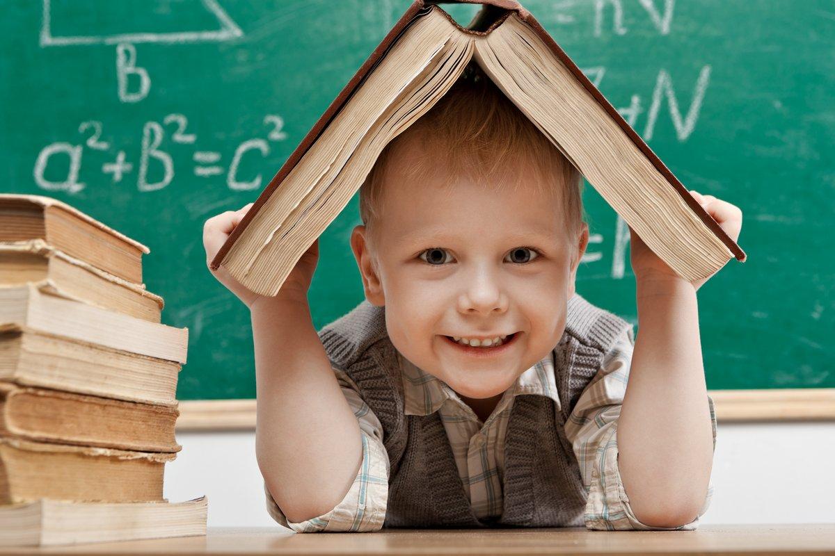Постер Образование Веселой улыбкой маленького мальчика, сидящего за столом.Образование<br>Постер на холсте или бумаге. Любого нужного вам размера. В раме или без. Подвес в комплекте. Трехслойная надежная упаковка. Доставим в любую точку России. Вам осталось только повесить картину на стену!<br>