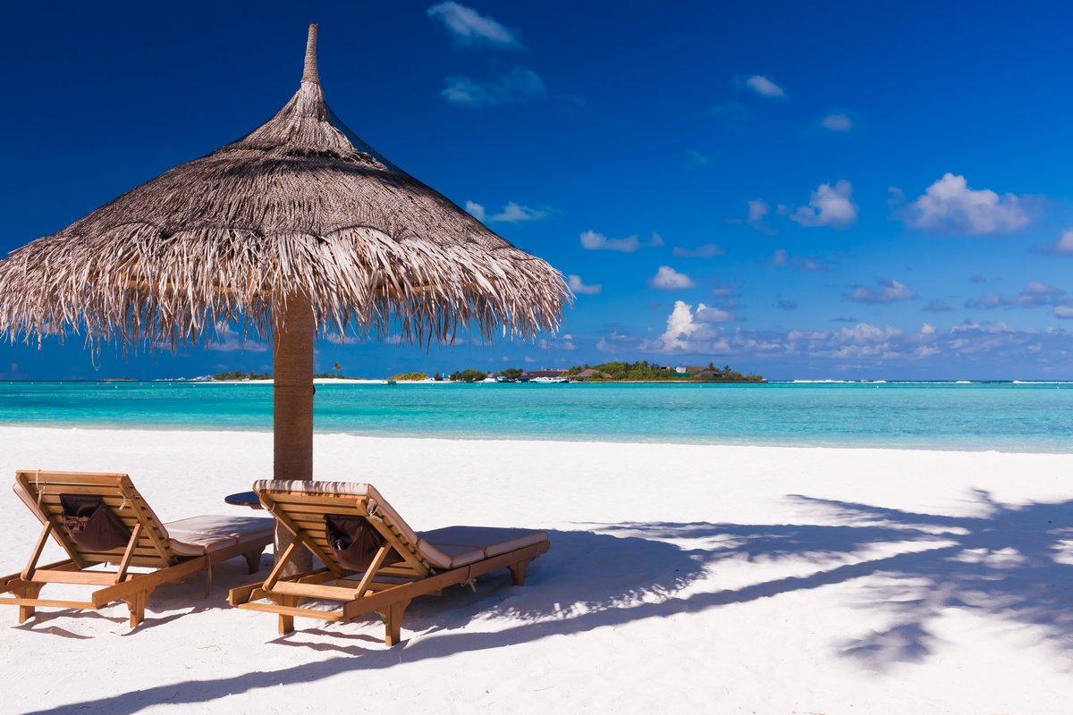 Постер Пейзаж морской Стулья и зонт на пляже с тень от пальмыПейзаж морской<br>Постер на холсте или бумаге. Любого нужного вам размера. В раме или без. Подвес в комплекте. Трехслойная надежная упаковка. Доставим в любую точку России. Вам осталось только повесить картину на стену!<br>