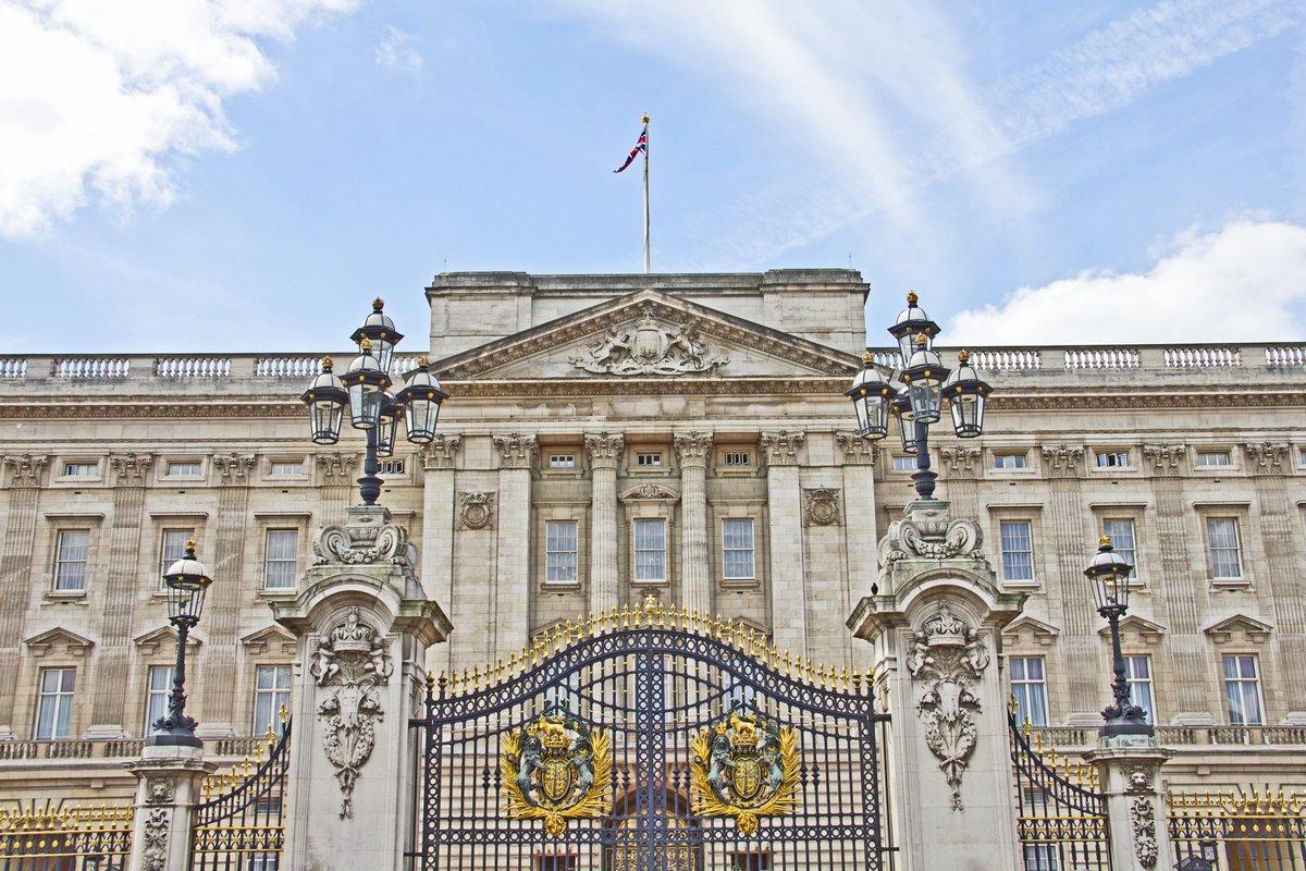 Постер Лондон Букингемский дворец, Лондон, ВеликобританияЛондон<br>Постер на холсте или бумаге. Любого нужного вам размера. В раме или без. Подвес в комплекте. Трехслойная надежная упаковка. Доставим в любую точку России. Вам осталось только повесить картину на стену!<br>