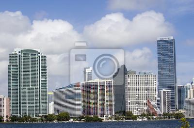 Постер Майами Облачное Небо над Небоскребы Майами, ФлоридаМайами<br>Постер на холсте или бумаге. Любого нужного вам размера. В раме или без. Подвес в комплекте. Трехслойная надежная упаковка. Доставим в любую точку России. Вам осталось только повесить картину на стену!<br>