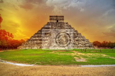 Постер Мексика Кукулькан пирамиды в Чичен-ица на закате, МексикаМексика<br>Постер на холсте или бумаге. Любого нужного вам размера. В раме или без. Подвес в комплекте. Трехслойная надежная упаковка. Доставим в любую точку России. Вам осталось только повесить картину на стену!<br>