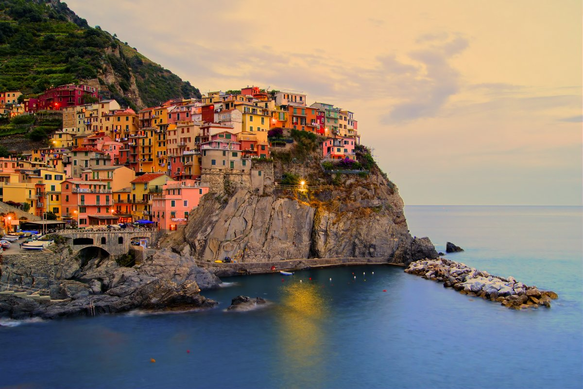 Постер Пейзаж горный Манарола, Италия в Cinque Terre побережье на закатеПейзаж горный<br>Постер на холсте или бумаге. Любого нужного вам размера. В раме или без. Подвес в комплекте. Трехслойная надежная упаковка. Доставим в любую точку России. Вам осталось только повесить картину на стену!<br>