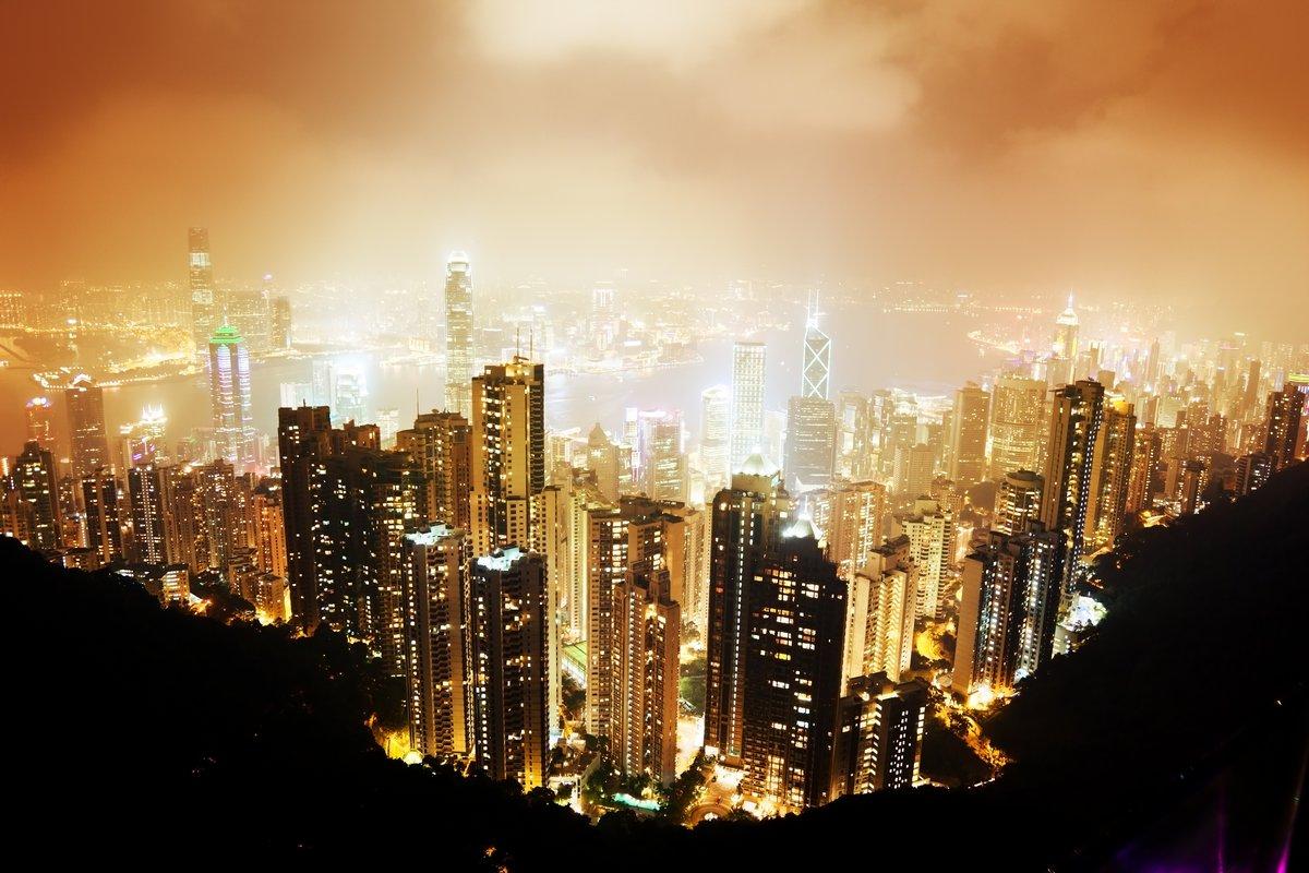 Постер Города и карты Остров Гонконг от Виктории Пик ночью, 30x20 см, на бумагеГонконг<br>Постер на холсте или бумаге. Любого нужного вам размера. В раме или без. Подвес в комплекте. Трехслойная надежная упаковка. Доставим в любую точку России. Вам осталось только повесить картину на стену!<br>