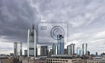 Постер Франкфурт Темные облака над финансового центра в Франкфурт, ГерманияФранкфурт<br>Постер на холсте или бумаге. Любого нужного вам размера. В раме или без. Подвес в комплекте. Трехслойная надежная упаковка. Доставим в любую точку России. Вам осталось только повесить картину на стену!<br>