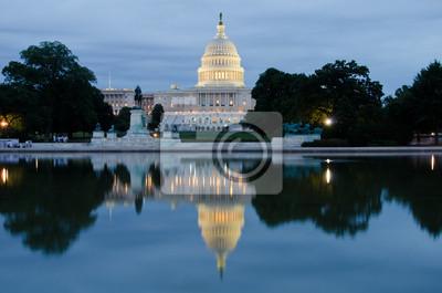 Постер Вашингтон Здание Капитолия с бассейном отражение на ночь, Washington, DCВашингтон<br>Постер на холсте или бумаге. Любого нужного вам размера. В раме или без. Подвес в комплекте. Трехслойная надежная упаковка. Доставим в любую точку России. Вам осталось только повесить картину на стену!<br>