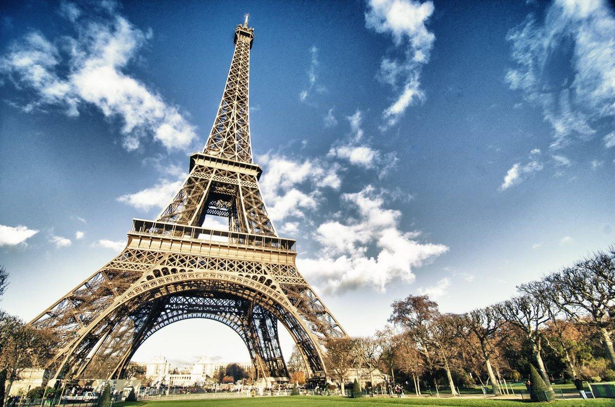 Постер Париж Эйфелева Башня в ПарижеПариж<br>Постер на холсте или бумаге. Любого нужного вам размера. В раме или без. Подвес в комплекте. Трехслойная надежная упаковка. Доставим в любую точку России. Вам осталось только повесить картину на стену!<br>