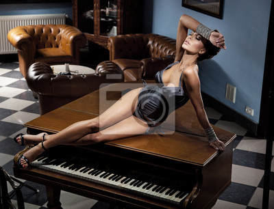 Постер Деятельность Молодая сексуальная женщина лежа на фортепиано, 26x20 см, на бумагеМузыка<br>Постер на холсте или бумаге. Любого нужного вам размера. В раме или без. Подвес в комплекте. Трехслойная надежная упаковка. Доставим в любую точку России. Вам осталось только повесить картину на стену!<br>