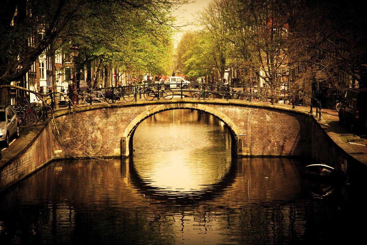 Постер Нидерланды Амстердам. Романтический мост через канал.Нидерланды<br>Постер на холсте или бумаге. Любого нужного вам размера. В раме или без. Подвес в комплекте. Трехслойная надежная упаковка. Доставим в любую точку России. Вам осталось только повесить картину на стену!<br>