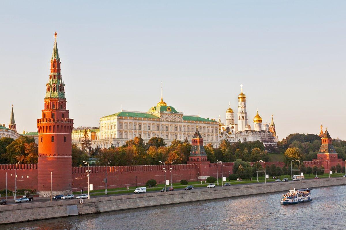 Постер Россия Россия, Москва, вид на Московский Кремль и рекуРоссия<br>Постер на холсте или бумаге. Любого нужного вам размера. В раме или без. Подвес в комплекте. Трехслойная надежная упаковка. Доставим в любую точку России. Вам осталось только повесить картину на стену!<br>