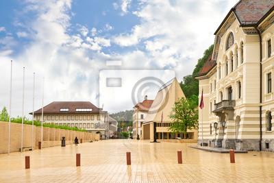 Постер Альпийский пейзаж Здания парламентов Лихтенштейн на главной площади.Альпийский пейзаж<br>Постер на холсте или бумаге. Любого нужного вам размера. В раме или без. Подвес в комплекте. Трехслойная надежная упаковка. Доставим в любую точку России. Вам осталось только повесить картину на стену!<br>