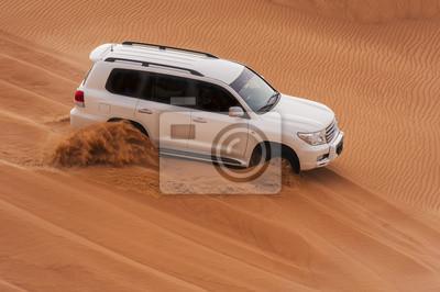 Постер Пейзаж песчаный Автомобиль в пустынное сафари-турПейзаж песчаный<br>Постер на холсте или бумаге. Любого нужного вам размера. В раме или без. Подвес в комплекте. Трехслойная надежная упаковка. Доставим в любую точку России. Вам осталось только повесить картину на стену!<br>
