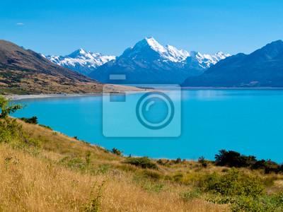 Постер Альпийский пейзаж Изумруд ледникового Озера Pukaki, Aoraki Mt Cook НП, NZАльпийский пейзаж<br>Постер на холсте или бумаге. Любого нужного вам размера. В раме или без. Подвес в комплекте. Трехслойная надежная упаковка. Доставим в любую точку России. Вам осталось только повесить картину на стену!<br>