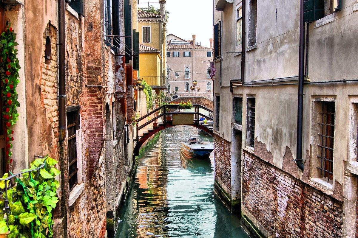 Постер Венеция Причудливый канала в исторической Венеции (с HDR обработка)Венеция<br>Постер на холсте или бумаге. Любого нужного вам размера. В раме или без. Подвес в комплекте. Трехслойная надежная упаковка. Доставим в любую точку России. Вам осталось только повесить картину на стену!<br>