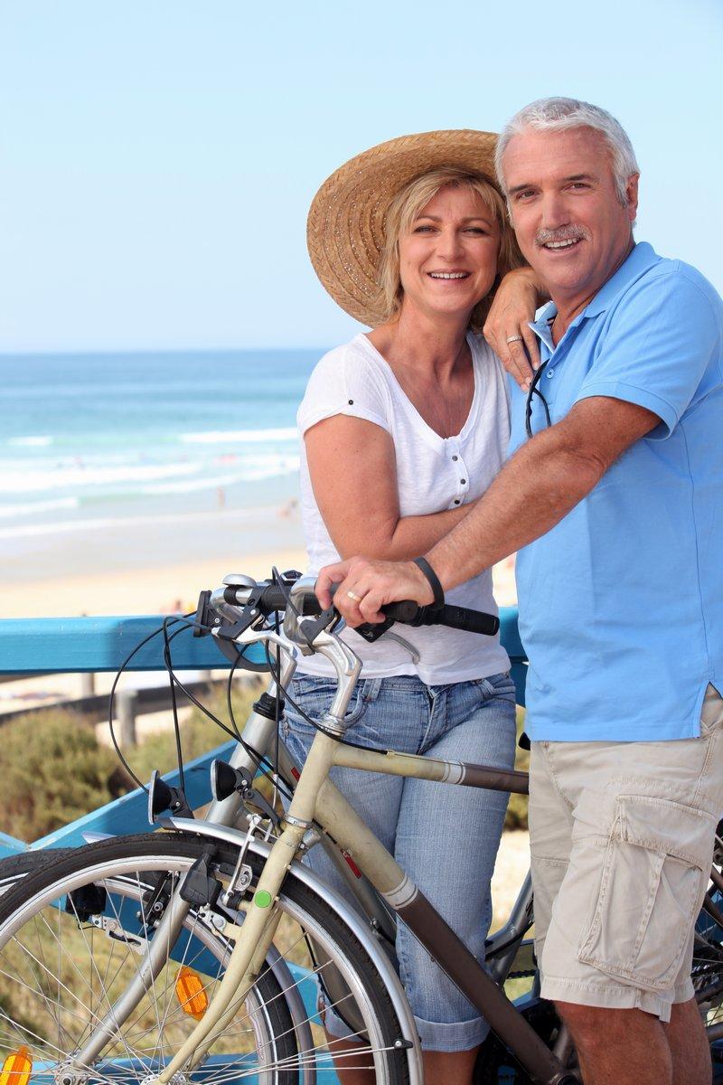 Постер Велосипедисты Пожилые пары с велосипедов на пляжеВелосипедисты<br>Постер на холсте или бумаге. Любого нужного вам размера. В раме или без. Подвес в комплекте. Трехслойная надежная упаковка. Доставим в любую точку России. Вам осталось только повесить картину на стену!<br>