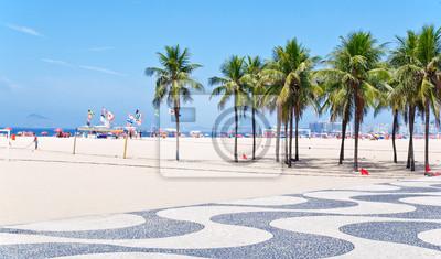Постер Бразилия Вид на Копакабана пляж с пальмами и мозаика тротуареБразилия<br>Постер на холсте или бумаге. Любого нужного вам размера. В раме или без. Подвес в комплекте. Трехслойная надежная упаковка. Доставим в любую точку России. Вам осталось только повесить картину на стену!<br>