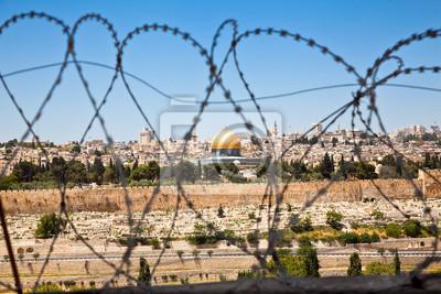 Постер Израиль Старый Город Иерусалима видел через рулоны колючей проволокиИзраиль<br>Постер на холсте или бумаге. Любого нужного вам размера. В раме или без. Подвес в комплекте. Трехслойная надежная упаковка. Доставим в любую точку России. Вам осталось только повесить картину на стену!<br>