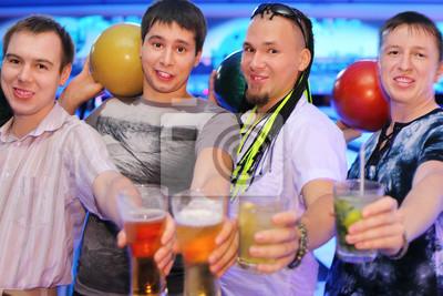 Постер Боулинг Четыре мужчины держат мячи и бокалов пива и коктейля в боулингБоулинг<br>Постер на холсте или бумаге. Любого нужного вам размера. В раме или без. Подвес в комплекте. Трехслойная надежная упаковка. Доставим в любую точку России. Вам осталось только повесить картину на стену!<br>