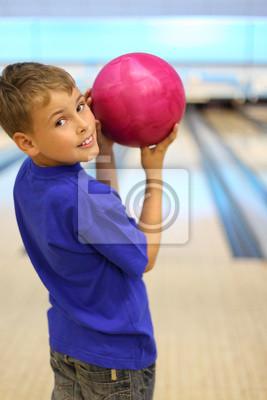 Улыбаясь, мальчик, одетый в голубой футболке держит мяч в боулинг-клуб, 20x30 см, на бумагеБоулинг<br>Постер на холсте или бумаге. Любого нужного вам размера. В раме или без. Подвес в комплекте. Трехслойная надежная упаковка. Доставим в любую точку России. Вам осталось только повесить картину на стену!<br>