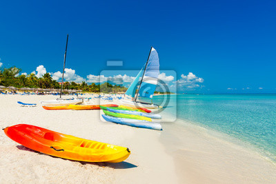 Постер Карибы Лодки на тропическом пляже в КубеКарибы<br>Постер на холсте или бумаге. Любого нужного вам размера. В раме или без. Подвес в комплекте. Трехслойная надежная упаковка. Доставим в любую точку России. Вам осталось только повесить картину на стену!<br>