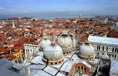 Постер Венеция Венеция крышВенеция<br>Постер на холсте или бумаге. Любого нужного вам размера. В раме или без. Подвес в комплекте. Трехслойная надежная упаковка. Доставим в любую точку России. Вам осталось только повесить картину на стену!<br>