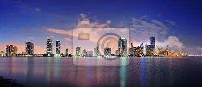 Постер Города и карты Майами, ночная сцена, 47x20 см, на бумагеМайами<br>Постер на холсте или бумаге. Любого нужного вам размера. В раме или без. Подвес в комплекте. Трехслойная надежная упаковка. Доставим в любую точку России. Вам осталось только повесить картину на стену!<br>
