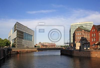 Постер Гамбург Старой и новой архитектуры в ГамбургеГамбург<br>Постер на холсте или бумаге. Любого нужного вам размера. В раме или без. Подвес в комплекте. Трехслойная надежная упаковка. Доставим в любую точку России. Вам осталось только повесить картину на стену!<br>