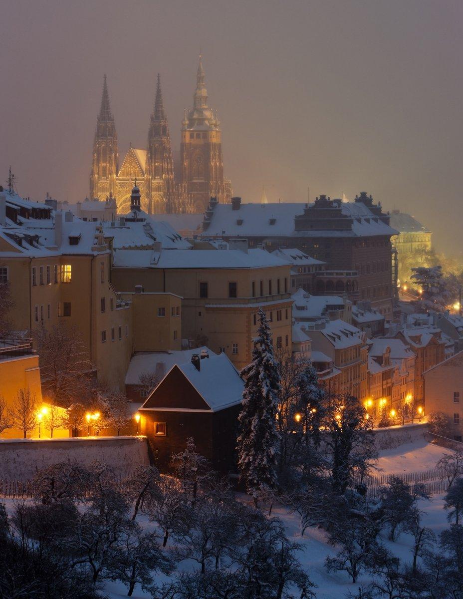 Постер Прага Градчаны зимой, Прага, Чешская РеспубликаПрага<br>Постер на холсте или бумаге. Любого нужного вам размера. В раме или без. Подвес в комплекте. Трехслойная надежная упаковка. Доставим в любую точку России. Вам осталось только повесить картину на стену!<br>