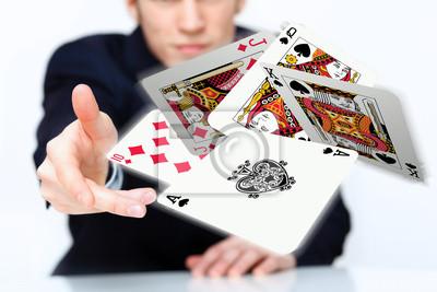 Постер Деятельность Молодой человек, показывая карты покер, 30x20 см, на бумагеКазино<br>Постер на холсте или бумаге. Любого нужного вам размера. В раме или без. Подвес в комплекте. Трехслойная надежная упаковка. Доставим в любую точку России. Вам осталось только повесить картину на стену!<br>