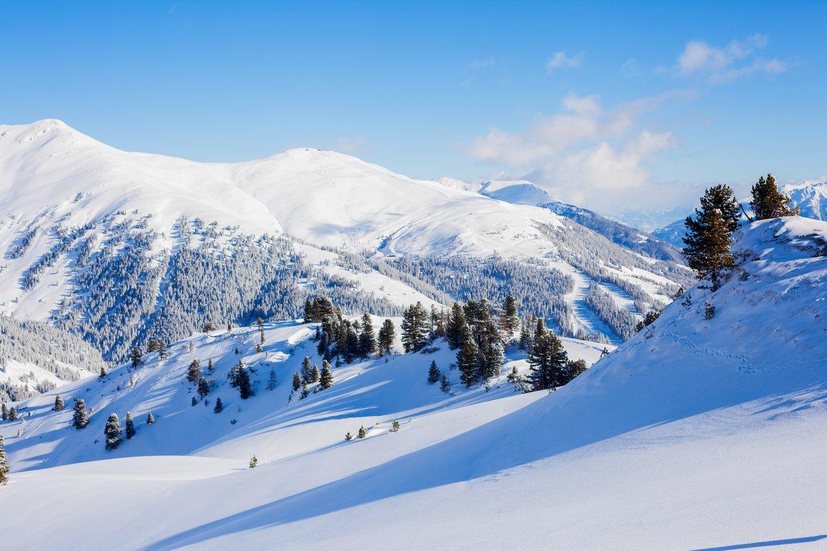 Постер Альпийский пейзаж Горнолыжный курорт в АвстрииАльпийский пейзаж<br>Постер на холсте или бумаге. Любого нужного вам размера. В раме или без. Подвес в комплекте. Трехслойная надежная упаковка. Доставим в любую точку России. Вам осталось только повесить картину на стену!<br>