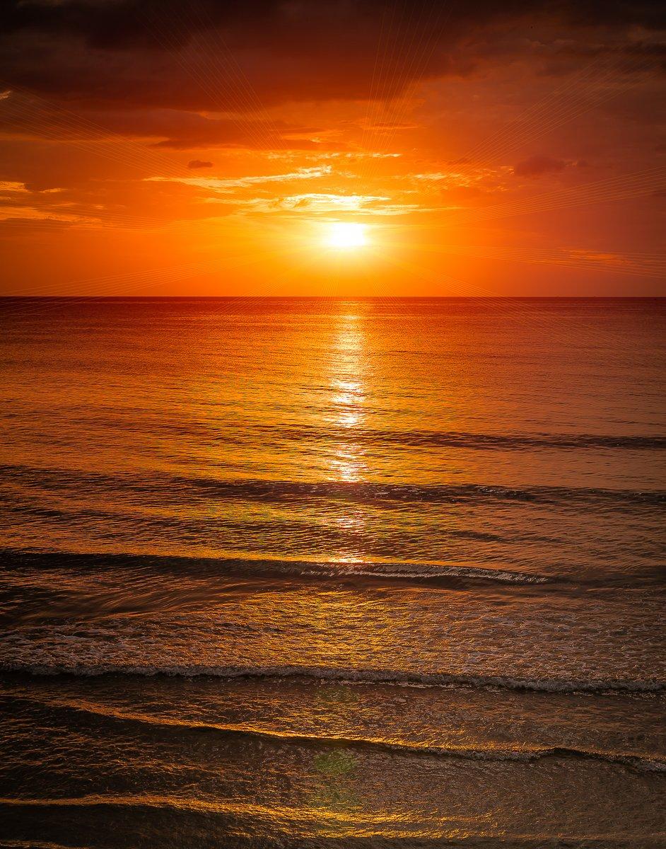 Постер Лето Восход солнца на море с softwave и облачноЛето<br>Постер на холсте или бумаге. Любого нужного вам размера. В раме или без. Подвес в комплекте. Трехслойная надежная упаковка. Доставим в любую точку России. Вам осталось только повесить картину на стену!<br>