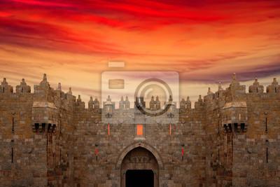 Постер Иерусалим Ворота Дамаска в Иерусалим, Старый ГородИерусалим<br>Постер на холсте или бумаге. Любого нужного вам размера. В раме или без. Подвес в комплекте. Трехслойная надежная упаковка. Доставим в любую точку России. Вам осталось только повесить картину на стену!<br>