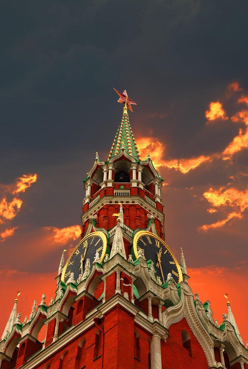 Постер Москва Башни Кремля, на фоне закатаМосква<br>Постер на холсте или бумаге. Любого нужного вам размера. В раме или без. Подвес в комплекте. Трехслойная надежная упаковка. Доставим в любую точку России. Вам осталось только повесить картину на стену!<br>