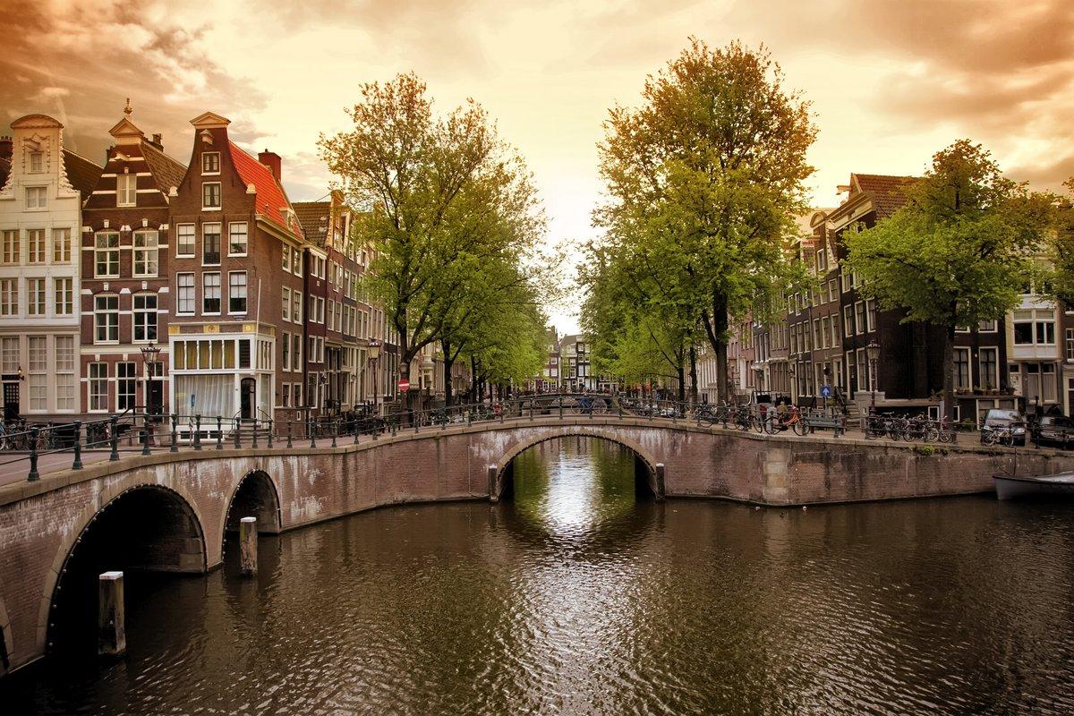 Постер Амстердам Амстердам каналыАмстердам<br>Постер на холсте или бумаге. Любого нужного вам размера. В раме или без. Подвес в комплекте. Трехслойная надежная упаковка. Доставим в любую точку России. Вам осталось только повесить картину на стену!<br>