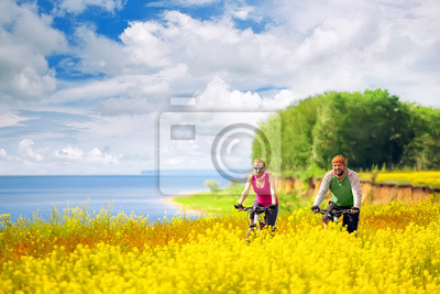 Счастливые пары, Велоспорт в поля рапса, 30x20 см, на бумагеВелосипедисты<br>Постер на холсте или бумаге. Любого нужного вам размера. В раме или без. Подвес в комплекте. Трехслойная надежная упаковка. Доставим в любую точку России. Вам осталось только повесить картину на стену!<br>
