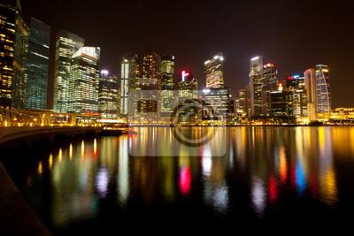 Постер Сингапур Сингапур в ночное время с отражения в водеСингапур<br>Постер на холсте или бумаге. Любого нужного вам размера. В раме или без. Подвес в комплекте. Трехслойная надежная упаковка. Доставим в любую точку России. Вам осталось только повесить картину на стену!<br>