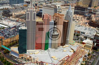 Постер Лас-Вегас Отелей Нью-Йорка, Лас-Вегас с окружающими строительства.Лас-Вегас<br>Постер на холсте или бумаге. Любого нужного вам размера. В раме или без. Подвес в комплекте. Трехслойная надежная упаковка. Доставим в любую точку России. Вам осталось только повесить картину на стену!<br>