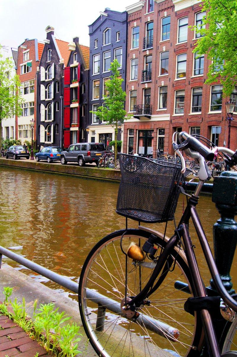 Постер Голландия Велосипед вдоль каналов Амстердама, НидерландыГолландия<br>Постер на холсте или бумаге. Любого нужного вам размера. В раме или без. Подвес в комплекте. Трехслойная надежная упаковка. Доставим в любую точку России. Вам осталось только повесить картину на стену!<br>