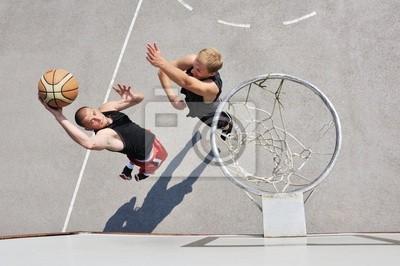 Постер Спорт Два баскетбольных игроков на площадке, 30x20 см, на бумагеБаскетбол<br>Постер на холсте или бумаге. Любого нужного вам размера. В раме или без. Подвес в комплекте. Трехслойная надежная упаковка. Доставим в любую точку России. Вам осталось только повесить картину на стену!<br>