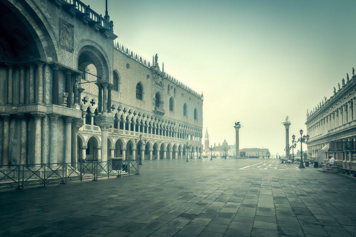 Постер Венеция Рано утром Венеция, ИталияВенеция<br>Постер на холсте или бумаге. Любого нужного вам размера. В раме или без. Подвес в комплекте. Трехслойная надежная упаковка. Доставим в любую точку России. Вам осталось только повесить картину на стену!<br>