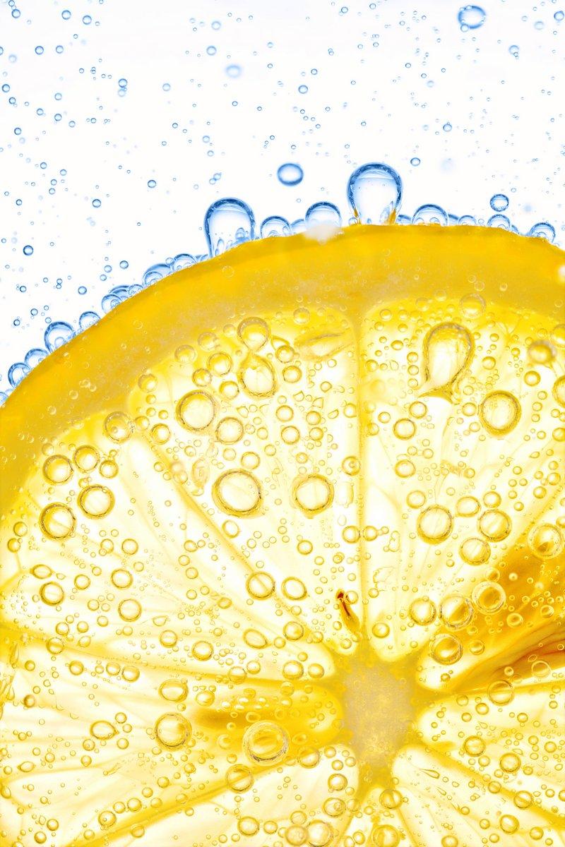 Постер Капли Крупным планом ломтик лимона в прозрачной воде с пузырькамиКапли<br>Постер на холсте или бумаге. Любого нужного вам размера. В раме или без. Подвес в комплекте. Трехслойная надежная упаковка. Доставим в любую точку России. Вам осталось только повесить картину на стену!<br>