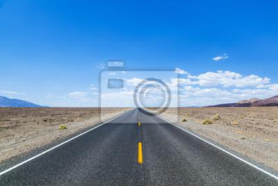 Постер Пейзаж песчаный Долина смерти дорога прямо через пустыню, в горы, вПейзаж песчаный<br>Постер на холсте или бумаге. Любого нужного вам размера. В раме или без. Подвес в комплекте. Трехслойная надежная упаковка. Доставим в любую точку России. Вам осталось только повесить картину на стену!<br>