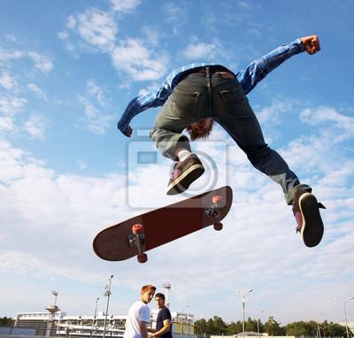 Постер Скейтбординг Спортсмен прыгает высоко в воздухСкейтбординг<br>Постер на холсте или бумаге. Любого нужного вам размера. В раме или без. Подвес в комплекте. Трехслойная надежная упаковка. Доставим в любую точку России. Вам осталось только повесить картину на стену!<br>