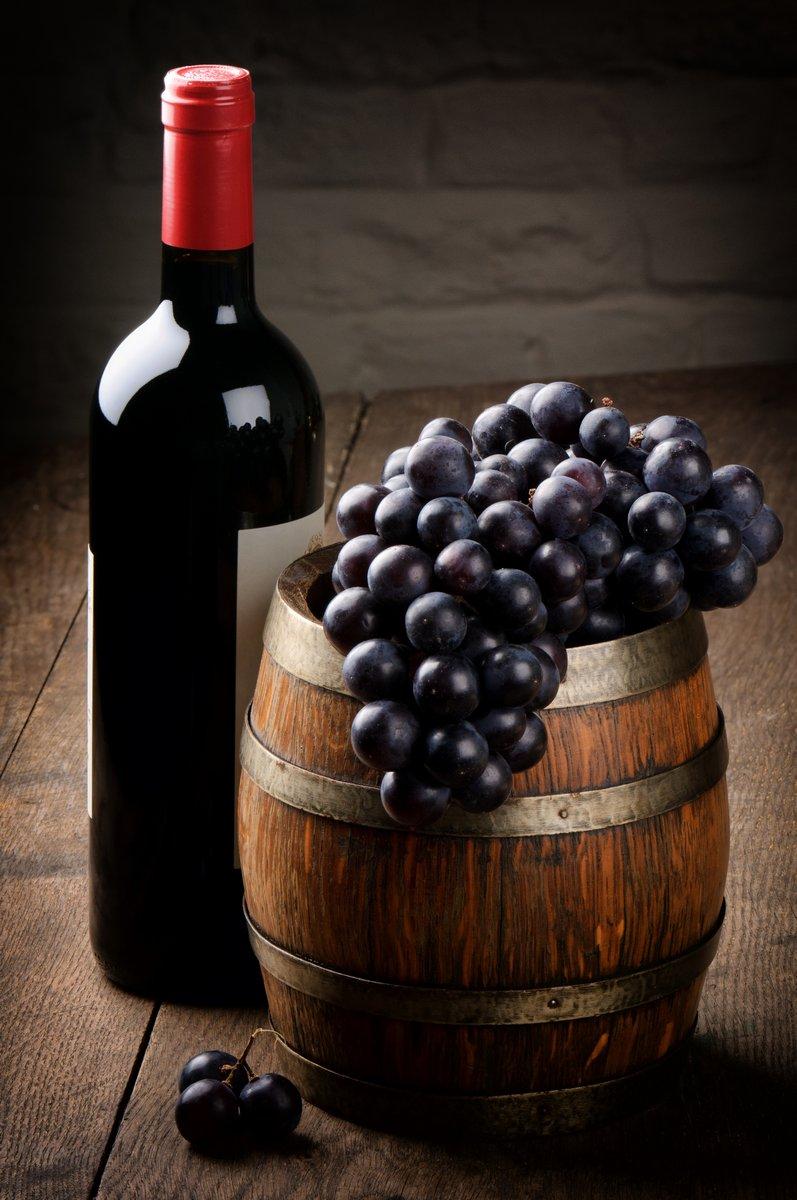 Постер Еда и напитки Бутылка Красного вина, бочки и винограда, 20x30 см, на бумагеВино<br>Постер на холсте или бумаге. Любого нужного вам размера. В раме или без. Подвес в комплекте. Трехслойная надежная упаковка. Доставим в любую точку России. Вам осталось только повесить картину на стену!<br>