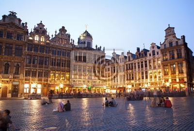 Постер Брюссель Брюссель - Центральная площадь и ратуша в вечерБрюссель<br>Постер на холсте или бумаге. Любого нужного вам размера. В раме или без. Подвес в комплекте. Трехслойная надежная упаковка. Доставим в любую точку России. Вам осталось только повесить картину на стену!<br>