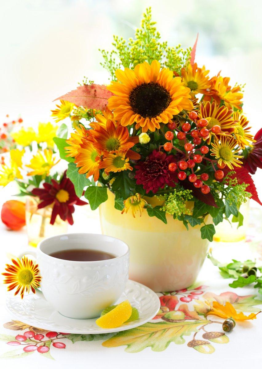 Постер Хризантемы Осенью натюрморт с чашкой чая и осенние цветыХризантемы<br>Постер на холсте или бумаге. Любого нужного вам размера. В раме или без. Подвес в комплекте. Трехслойная надежная упаковка. Доставим в любую точку России. Вам осталось только повесить картину на стену!<br>